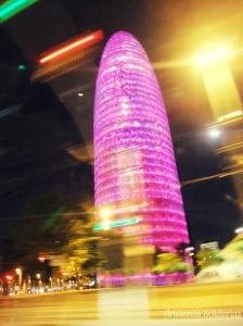 Torre Agbar de Barcelona teñida de rosa